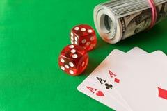 Würfeln Sie, Spielkarten und verdreht 100 Dollarscheinen auf dem grünen ta Stockbild