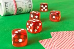 Würfeln Sie, Spielkarten und verdreht 100 Dollarscheinen auf dem grünen ta Stockfotos
