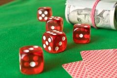 Würfeln Sie, Spielkarten und verdreht 100 Dollarscheinen auf dem grünen ta Stockbilder