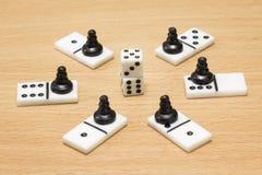 Würfeln Sie um, welche Dominos und schwarzen Schachpfand Lizenzfreie Stockfotos