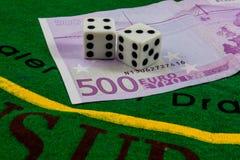 Würfelt über fünf-der hundreed Euro-Banknote Lizenzfreies Stockfoto
