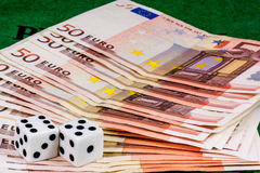 Würfelt auf fünfzig Eurobanknoten Lizenzfreie Stockfotografie