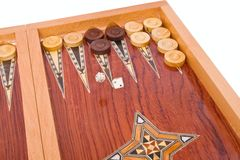 Würfelt das Fallen auf hölzernen handgemachten Backgammonvorstand Stockfotos