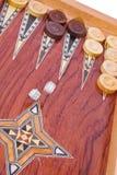 Würfelt das Fallen auf hölzernen handgemachten Backgammonvorstand Stockbild
