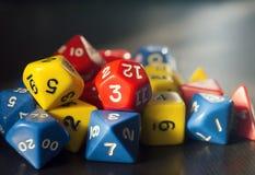 Würfelt für RPG, Brettspiele oder Tischplattenspiele auf dunklem Hintergrund lizenzfreie stockfotografie