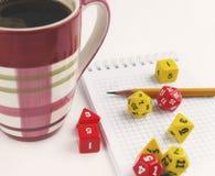 Würfelt für RPG, dnd oder Brettspiele, Notizbuch, Bleistift und ein Becher Kaffee Lizenzfreie Stockfotos