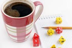 Würfelt für RPG, dnd oder Brettspiele, Notizbuch, Bleistift und ein Becher Kaffee Lizenzfreies Stockbild