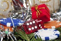 Würfelt, Geschenk und Chips für Weihnachten Lizenzfreie Stockbilder