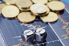 Würfelt Würfel mit den Wörtern VERKAUFEN KAUF und goldene Münzen Lizenzfreie Stockbilder