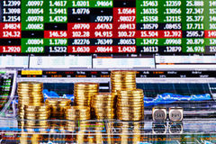 Würfelt Würfel mit den Wörtern VERKAUFEN KAUF, Spalten von goldenen Münzen Lizenzfreie Stockfotografie