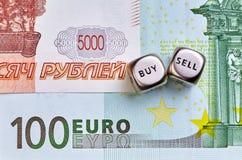 Würfelt Würfel, UNEBENHEIT, EUR-Banknoten Stockfotos