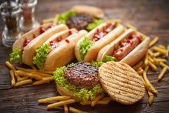 Würstchen, Hamburger und Pommes-Frites Zusammensetzung von Schnellimbissimbissen lizenzfreie stockfotos