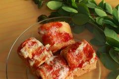 Würstchenbrötchen mit Soße Stockbilder