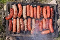 Würste auf dem Grill, Grill - grillen Sie in der Natur, gibt Ihnen einen Appetit und eine Freude im Geschmack des Lebensmittels Stockfotografie