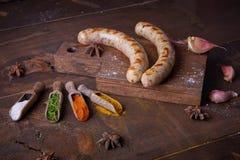 Würste grillten Lebensmittelhintergrund, hölzernen Hintergrund stockbild
