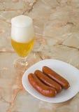 Würste mit Bier lizenzfreie stockbilder