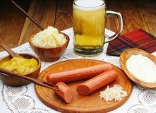 Würste mit Senf und Bier lizenzfreies stockbild