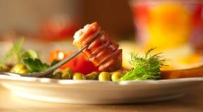 Würste und Gemüse auf einem Teller, ein Frühstück stockbild