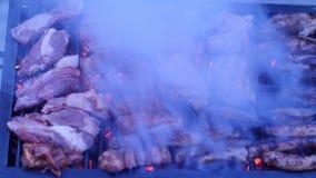 Würste und Paprika auf Grillgrill stock footage