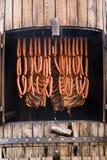 Würste und Speck im traditionellen Raucher Lizenzfreies Stockbild