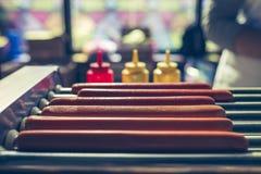 Würste werden auf dem Grill gekocht Lizenzfreie Stockfotos