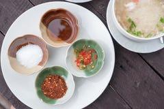 Würze für thailändische Reissuppe auf hölzerner Tabelle Lizenzfreies Stockbild