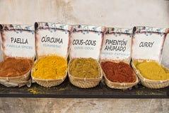 Würze und Gewürze für die Herstellung von Mahlzeiten für Paella und Marokko und lizenzfreies stockfoto