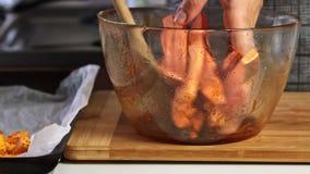 Würzen der Süßkartoffel für ein Guacamolen mit vegies Rezept stock video