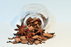 Würzen Sie Glas mit Nelken, Sternanis und Zimt Stockfotos