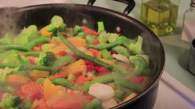 Würzende dämpfende vegatables stock footage