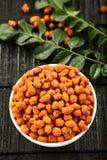Würzige überzogene Erdnüsse des populären indischen Snacks Stockbilder