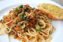 Würzige asiatische Soße der Muschelspaghettis Stockfoto