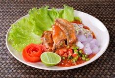 Würzige Fische in Büchsen konservierter Sardinen-Salat stockfotos