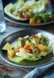 Würzige Garnelen-Salat-Kopfsalat-Schalen Stockfotografie