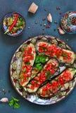 Würzige gebackene Aubergine gegrillt mit Tomaten und Pfeffern stockfotos