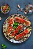Würzige gebackene Aubergine gegrillt mit Tomaten und Pfeffern lizenzfreie stockfotografie