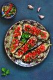 Würzige gebackene Aubergine gegrillt mit Tomaten und Pfeffern lizenzfreie stockbilder