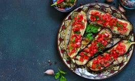 Würzige gebackene Aubergine gegrillt mit Tomaten und Pfeffern stockbilder