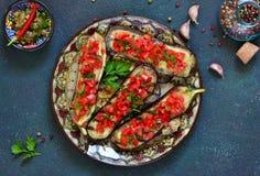 Würzige gebackene Aubergine gegrillt mit Tomaten und Pfeffern stockfoto