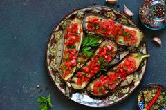 Würzige gebackene Aubergine gegrillt mit Tomaten und Pfeffern stockfotografie