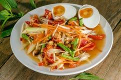 Würzige gesalzene Eier des Papayasalats an einem Lebensmittel stehen Lizenzfreies Stockbild