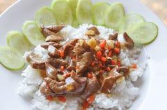 Würzige hühnerleber briet auf gesundem Lebensmittel heißer Reis Thailands lizenzfreie stockfotos