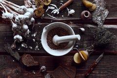 Würzige Küche auf hölzerne Schreibtische lizenzfreies stockfoto