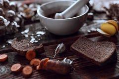Würzige Küche auf hölzerne Schreibtische lizenzfreie stockfotos