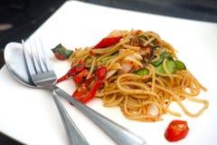Würzige Meeresfrüchtespaghettis auf weißer Platte Stockbilder