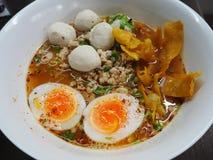 Würzige Nudel mit gehacktem Schweinefleisch und gekochten Eiern Stockfoto