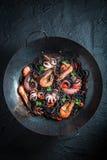 Würzige Spaghettis mit den Meeresfrüchten gemacht von den Kraken- und Tigergarnelen Stockbilder