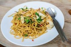 Würzige Spaghettis mit Meeresfrüchten auf Holztisch Lizenzfreie Stockbilder