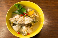 Würzige Suppe mit Fischen (tomyum) Stockbild