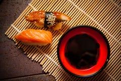 Würzige Sushi mit Aal und Lachsen Lizenzfreie Stockfotos